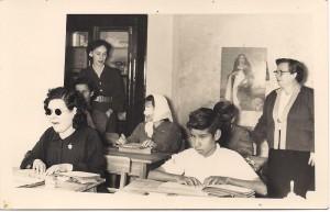 Prof. Antonia Marina Díaz León, primera directora con un grupo de alumnos